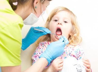 Jak stomatolog szacuję ryzyko rozwoju próchnicy u dziecka?