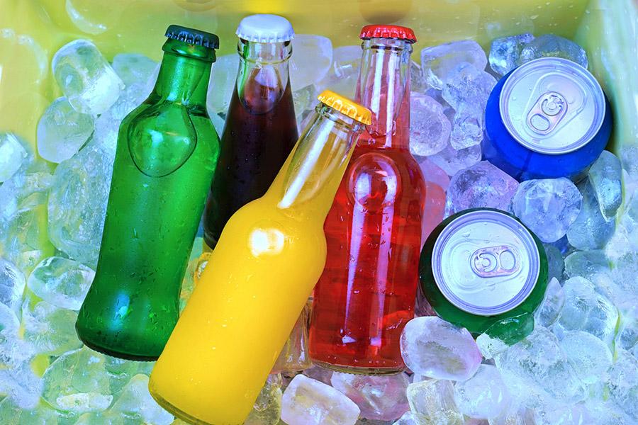 Słodzone i gazowane – jak napoje niszczą zęby