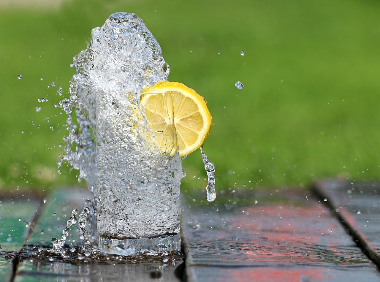Woda najlepsza dla zębów dzieci. A sok?